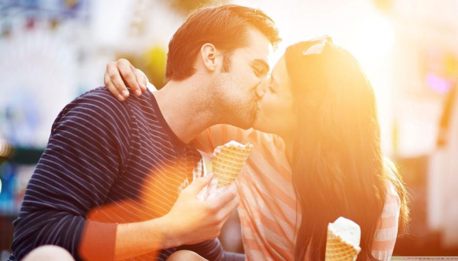 sweet_kiss-wallpaper-1366x768